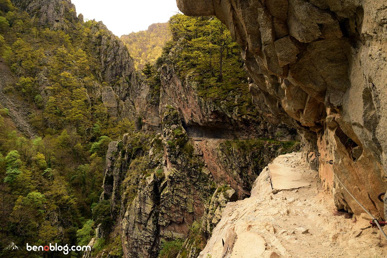 Chemin taillé dans la roche - gorges de la Carança
